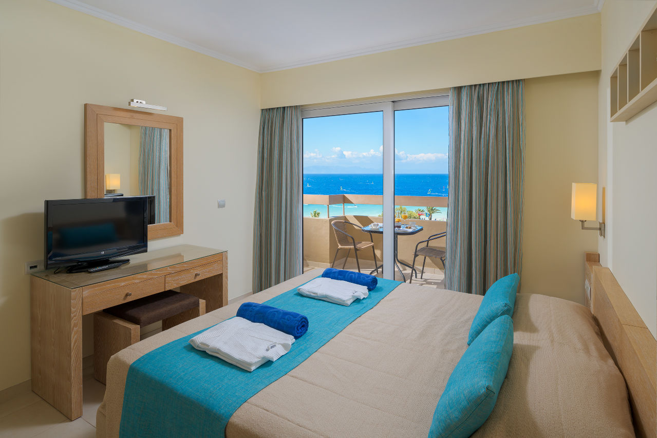 Deluxe-Suite-Sea-View-Bedroom